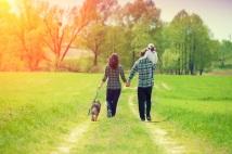 Famille heureuse sur le chemin